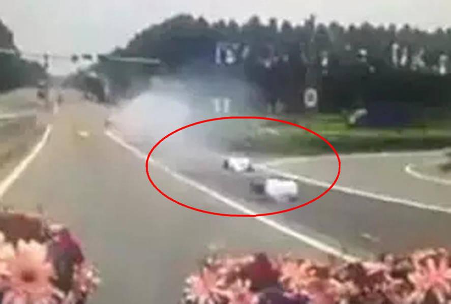 爆炸婚车:迎亲车内鞭炮被引爆 男子跳车后死亡喜事惨变白事(组图)